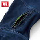右カーゴポケットに止水ファスナーを使用。ファスナー内側は蛍光イエローのワンポイント